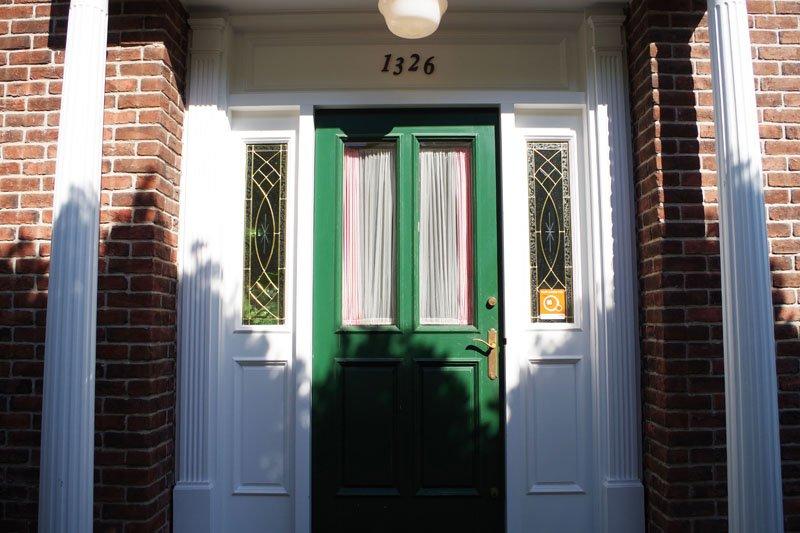 アメリカの温かい家庭をイメージさせる店の入口