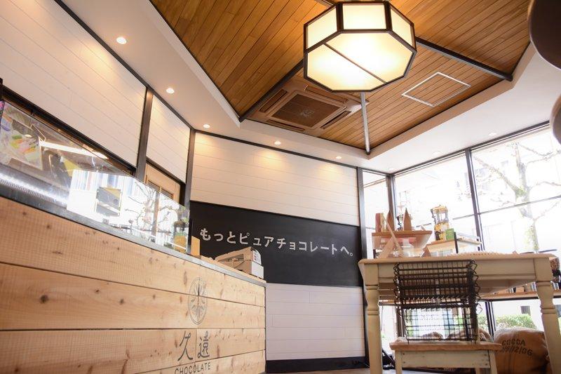 白と黒色の木目素材を貴重にデザインされた店内。天井の八角形はチョコレートの伝来地、長崎の建物を意識