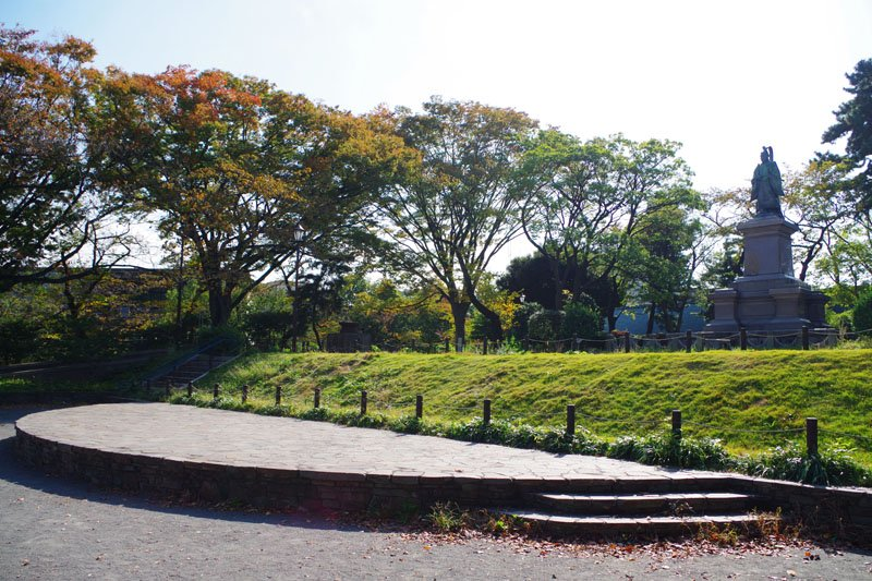 井伊直弼像が見下ろす銅像広場